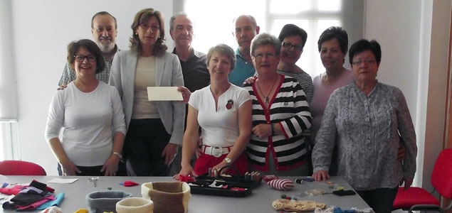 Mujeres solidarias donan el dinero recaudado con sus manualidades a los más necesitados del municipio